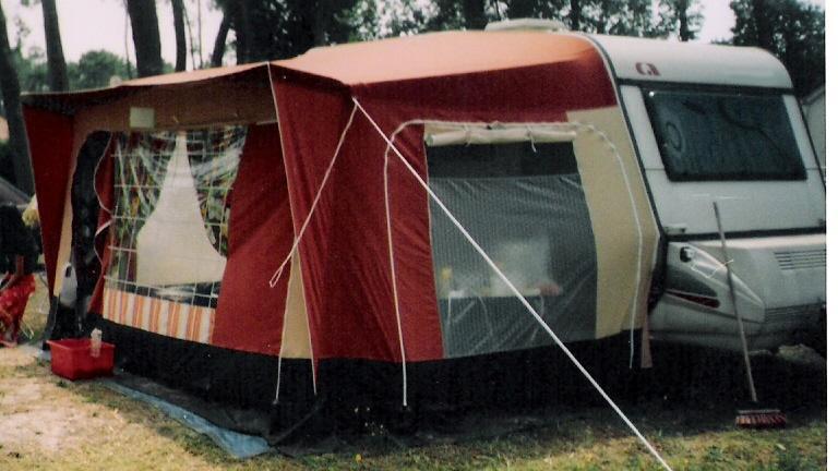 Caravane equipée en place sur un camping en bord de mer